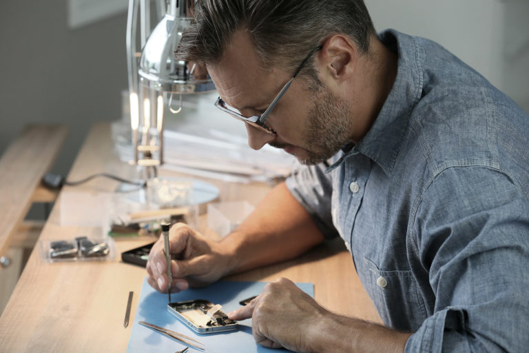 Top tips in choosing a reliable mobile repair service